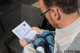 Dag 2 Sam leest de instructie voor de wandeling